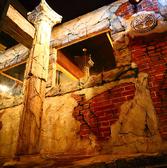 デザイナーにより完成された空間は、中世西洋のカントリー外壁を模して造られた、まるで歴史の建造物のような作りとなっております。雰囲気に酔うことは、料理の美味しさを引き立てるオリジナルで、表現しきれないエッセンスとなります。ワインを種類豊富に用意してますので、異国情緒をご覧下さい