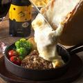 料理メニュー写真発酵熟成肉ハンバーグのラクレットチーズ