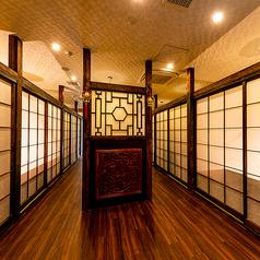 【広々とした廊下】 襖付きの完全個室フロアだからこそ、狭さを感じさせないよう廊下を広くしています。ゆったりと過ごして頂ける優雅なスペースづくりのための工夫をしています。