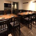 お店中央に半個室としてもご利用いただけるテーブル席をご用意しています。6名掛けテーブルと4名掛けテーブルが1卓ずつございます。2卓をつなげてのご使用もできます。4名~12名のお客様収容可能です。