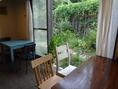 お庭が望める明るく開放的な窓際席