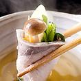 寒ぶりのしゃぶしゃぶ鍋!寒ぶりの切り身をさっと湯通し。ポン酢たれと湯がいた野菜を巻いてお召し上がり下さい。寒ぶりの濃厚な味と野菜とポン酢のさっぱりした味が絶妙のハーモニーを奏でる。