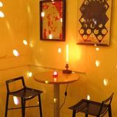 ■白を基調としたアンティークでモダンな雰囲気のラウンジ■バーカウンターのあるラウンジには、通常【1~2名様でのテーブル席を3卓】ご用意しております。アンティークな装飾をされた内装の雰囲気をお楽しみ頂きながら、ゆったりとバーカウンターで提供されるお酒を飲むのも◎♪