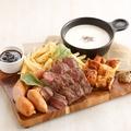 料理メニュー写真チーズフォンデュソースで食べる イルマーレのミートプレート ※二名様より承ります
