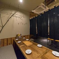 奥のテーブル席は6名様迄ご予約可能な半個室席を2席ご用意。テーブルを連結して最大12名様迄の半個室でもお食事が可能です!会社宴会、ファミリー、合コン、誕生日会、女子会など様々なシーンでの使い勝手抜群です★KITSUNE自慢の各種宴会コースもご用意しております♪