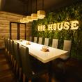 森の中のレストランをイメージした店内は緑と木目のナチュラル空間。