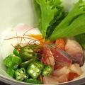 料理メニュー写真鮮魚と温泉卵の塩ユッケ/ししゃもの南蛮和え