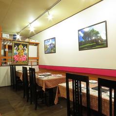 友達同士、カップル、職場の仲間、ファミリーの方もお使い頂けるテーブル席です。ランチではお話しながら、お食事を楽しんで頂く、夜はお食事だけではなく、チョイ飲みでお酒も楽しめるそんな席です(広島 ランチ 女子会 会社宴会 インドカレー 各国料理 ナン カレー)