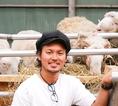 羊たちとオーナーとの一枚。生産者とお客様を繋いで、皆様にご満足頂けるように最高の料理をご提供致します!