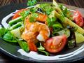 料理メニュー写真食べる美容液アボガドとぷりぷり海老のニースサラダ