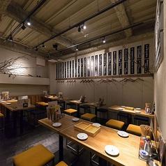 2~4名様迄着席可能なテーブル席は全部で10席ご用意。少人数での飲み会、女子会、誕生日会などのご利用に最適です!KITSUNEはリーズナブルな飲み放題付き宴会コースもご用意♪飲み放題が付いて3000円~とコスパ抜群で本格天ぷらを始め、様々な名物料理を詰め込んだコースになっております!