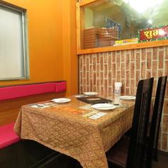 目の前で調理をしている姿が見れたり、時にはオーナーさんと話したり、街のカリー屋さんならではの雰囲気をカウンター席だからこそ味わうことが出来ます。(広島 ランチ 女子会 会社宴会 インドカレー 各国料理 ナン カレー)