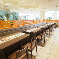 2名様からご利用いただけるゆったりくつろげるテーブル席。人数に応じてお席レイアウト変更可能です。