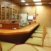 10席のカウンターもあります。1~2人など小人数でのご来店も歓迎です。