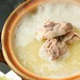 さかえやの代名詞『コラーゲン白濁水炊き鍋』。人気の理由は濃厚なスープとジューシーなつくば鶏。コースでもご堪能いただけます。飲み放題付き4000円~