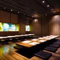 団体様も個室でご案内。きらびやかな金と木目の温もりある和モダン空間はプライベートな飲み会から会社宴会まで幅広くお使いいただけます。雰囲気抜群の空間で上質な時間を…