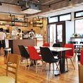 6名様までご着席頂けるテーブル席は、明るく見渡しも良いフレッシュな空間です。自然光が優しく差し込む店内はモーニングやランチタイムにも心地良くお過ごし頂けます。