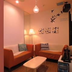 ◆かわいい内装の個室◆≪エレガントルーム≫女性に嬉しい、かわいい内装とゆったりソファー!くつろげる個室空間なら時間も忘れてカラオケやお料理・お酒を楽しめそう。女子会におすすめの個室です。