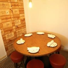 女子会や仲間同士で過ごすのにおススメの丸テーブル席。