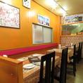 店内はとても広く、複数のテーブル席もご用意。女子会やママ友会などでご利用していただくのも大歓迎です!また、大きなテーブルもご用意しているのでご家族みんなで楽しめますね!(広島 ランチ 女子会 会社宴会 インドカレー 各国料理 ナン カレー)