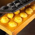 明石焼きができるまで5ひっくり返して板の上に返したら特製ダレにつけて召し上がれ