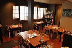 4名様用のほかに2名様用テーブルもございます。キレイな店内で楽しいひとときをお過ごし下さい!