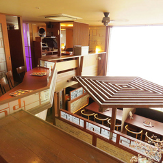 開放感溢れる大型ウインドに、天井の高い広々ソファー席は団体様や気の置けない仲間との宴には文句なしのスペース!ランチ時は大きな窓から光が入って開放的☆