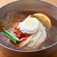 自社製麺工場にて作られている冷麺は李朝園のこだわりの詰まった商品です。特に粉の配合にこだわったので、のどごしがよくつるっと食べやすい麺に仕上げています。焼肉の〆にもぴったりです。ほかにもどんぐり冷麺、夏限定梅冷麺もおすすめです。是非一度お召し上がりください!(冷麺 ピビンバ 焼肉 韓国料理)