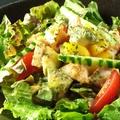 料理メニュー写真アボカドとエビのサラダ