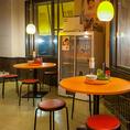 【1F:テーブル席】昔ながらの食堂を思わせる内観。思わずふらっと立ちよりたくなる空間。