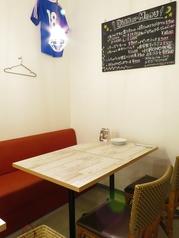 4人席、2人席有♪テーブルもレイアウトがききやすいので、少人数から団体様まで可能です。