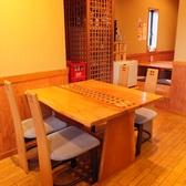【4名テーブル×2卓】ゆったり座れるテーブル席。ビジネスでの接待や、ご家族、お仲間内など、様々なシーンでご利用ください。店内の雰囲気を愉しみながら、落ち着いた時間をお過ごしいただけます。
