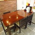 テーブル席は全部で22席。5名テーブルや4名テーブル、2名テーブルがございます。