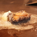 料理メニュー写真バター投入,あわびとバターは良く合います.柔かくするためにスピーティに焼くのがコツ