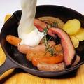 料理メニュー写真【どっさり濃厚チーズかけ】農家のベーコン&ソーセージ