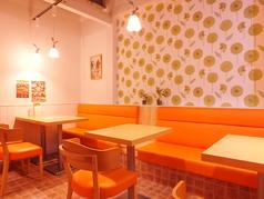 雰囲気の違うオレンジカラーの席♪