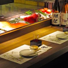 自慢のカウンターでは、料理人と新鮮な食材がお出迎え。調理風景がダイレクトに見られるカウンター席 オープンキッチンに面したカウンターのお席です。