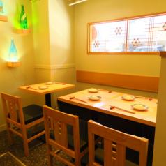 テーブル席は2名掛けと4名掛けを各1組ずつご用意しております。繋げれば最大6名様までお座りいただけますので、少人数でのご宴会にもオススメです!