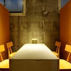 暖簾をくぐれば雰囲気抜群のテーブル席。2名様~4名様の少人数での飲み会やデート・接待・ご家族でのお食事など様々な場面にご利用いただけます。