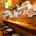 【お一人様も大歓迎】亀有駅近くの鶏料理専門店『とりいちず酒場』では、お一人様でサクッと飲むのに最適なカウンター席も完備しています。