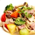 料理メニュー写真上富良野産 豚バラと彩野菜のアンチョビパスタ