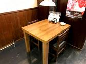 2名掛けのテーブル席もございます。