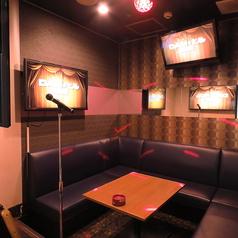 ◆ステージ付でライブハウス気分を味わえる個室◆≪ライブルーム≫まるでライブハウス!ライティングのあるステージにマイクスタンドも設置され、ライブ気分でカラオケを楽しめます!結婚式の余興練習や、歌のレッスンなど、使いみちは様々!
