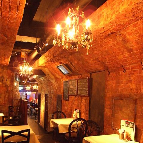 シャンデリアが輝く洞窟のような店内。1コインでワインを楽しみながら乾杯♪