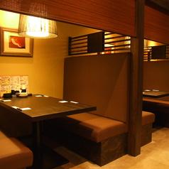 2名~4名様でご利用頂けるテーブル席は暖簾で仕切る事もでき、ご家族様など少人数でも使いやすいお席です