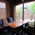「お庭」を眺めて寛ぐテーブル席となっております。