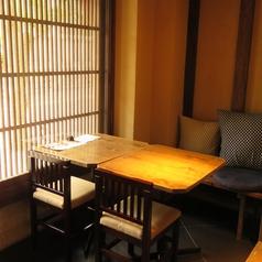 宇多須神社など、四季を感じることができる窓際席です。