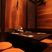暖簾で入り口を仕切る事が出来る個室席。接待、デートなどにピッタリのプライベートな空間は雰囲気抜群です。