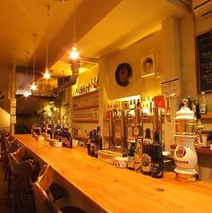 会話を楽しみながら、カウンターでおいしいビール飲みましょう。お客様同士で知り合いになる方も多いとか・・・。