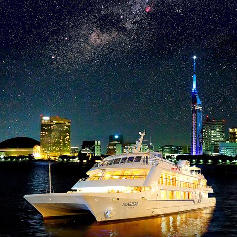 「海の上の貴賓席」にふさわしい雰囲気で、一流ホテルのお食事をお楽しみ頂けます。
